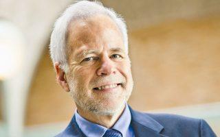 Ο οικονομολόγος και ιστορικός του χρήματος, καθηγητής στο Πανεπιστήμιο της Καλιφόρνιας, Μπάρι Αϊχενγκριν, θα συμμετάσχει πιθανότατα στην επιτροπή για το χρέος.