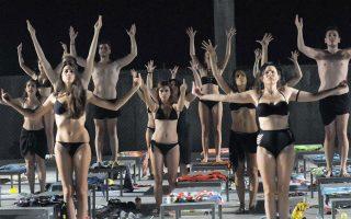Οι μαθητές της Δραματικής Σχολής του Θεάτρου Τέχνης στο «Θέλω μια χώρα», του Ανδρέα Φλουράκη, που σκηνοθετεί η Μαριάννα Κάλμπαρη.
