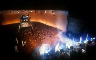 Το απόρρητο στούντιο της NASA όπου στήνεται η κάλπικη προσεδάφιση στον πλανήτη Αρη. Σκηνή απ' το θρίλερ «Αιγόκερως 1» που γυρίστηκε το 1977.