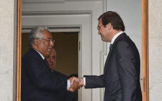 O Πέδρο Πάσος Κοέλιο χαιρετά εγκαρδίως τον Αντόνιο Κόστα, μετά τη συνάντησή τους για την προοπτική κυβερνητικής συνεργασίας στη Λισσαβώνα.
