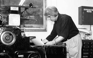 Ο εκδότης Χρήστος Δάρρας σκυμμένος πάνω από τις αγαπημένες του τυπογραφικές μηχανές (φωτ. Σπ. Στάβερης).