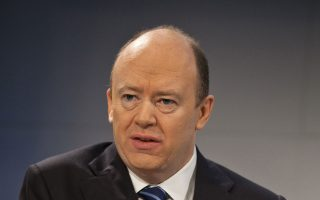 Στο πλαίσιο της αναδιάρθρωσης, ο νέος διευθύνων σύμβουλος Τζον Κρίαν χωρίζει σε δύο τμήματα τον επενδυτικό βραχίονα της Deutsche Bank και απολύει σειρά υψηλόβαθμων στελεχών της.