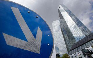 Η φωτογραφία των κεντρικών γραφείων της Deutsche Bank με τους δίδυμους πύργους, στη Φρανκφούρτη, αποτυπώνει τα προβλήματα που αντιμετωπίζει ο γερμανικός κολοσσός.