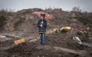 Την κηδεία τεσσάρων μελών της οικογένειας Ελ Σεΐχ από το Ντέιρ Εζόρ της Συρίας, που πέθαναν στο φορτηγό ψυγείο, παρακολουθεί το αγόρι αυτό σε κοιμητήριο της Βιέννης.