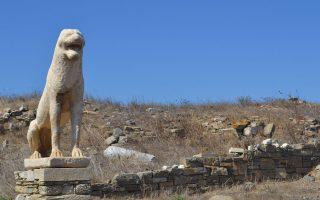 Ενας από τους λέοντες των Ναξίων (αντίγραφο) που βρίσκεται στον αρχαιολογικό χώρο της Δήλου.