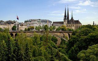 Χτισμένη στη συμβολή των ποταμών Αλζέτ και Πετρίζ, και προικισμένη με πολύ πράσινο, κάστρα και παλάτια, η πόλη του Λουξεμβούργου μοιάζει να βγήκε από τα παραμύθια.