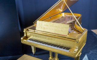 Το χρυσό πιάνο του Ελβις αναμένεται να πουληθεί προς μισό εκατομμύριο δολάρια.