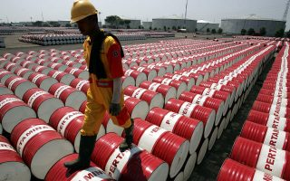 Η τιμή του αργού πετρελαίου κυμαίνεται στα 51 δολάρια το βαρέλι από τις αρχές του έτους, δηλαδή είναι χαμηλότερη κατά 40% από τη μέση τιμή της τελευταίας πενταετίας.
