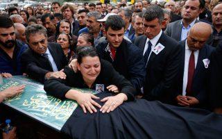 Συγγενείς του Ουιγκάρ Τσοσκούν, ένα από τα θύματα της τρομοκρατικής επίθεσης στην Αγκυρα, θρηνούν πάνω από το φέρετρό του.