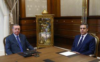 Ο Τούρκος πρόεδρος Ερντογάν κατά τη διάρκεια χθεσινής σύσκεψης με τον επικεφαλής των υπηρεσιών πληροφοριών Χακάν Φιντάν, στην Αγκυρα.