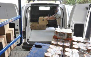 Καθημερινά αποστέλλονται τα κιβώτια με τρόφιμα στους συνολικά 23.000 ωφελούμενους σε όλη την Αττική.
