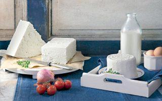 Στις ΗΠΑ δεν ισχύει νομοθεσία περί ΠΟΠ και ΠΓΕ, με συνέπεια να παράγονται στη χώρα τυριά τα οποία ονομάζονται «φέτα», ακόμη και αν η πρώτη ύλη είναι το αγελαδινό γάλα.