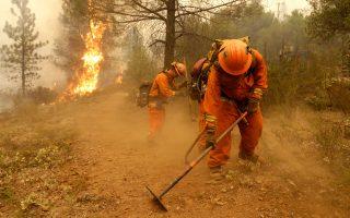 Μάχη με τις φλόγες μέχρι αυτοθυσίας δίνουν τα μέλη της ομάδας κρατουμένων που συμμετέχουν στις προσπάθειες πυρόσβεσης των καταστροφικών δασικών πυρκαγιών στην Καλιφόρνια.
