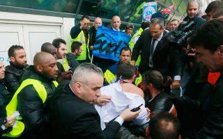 Εντονες αντιδράσεις που έφτασαν μέχρι και τον προπηλακισμό στελεχών από εργαζόμενους προκάλεσε η απόφαση της διοίκησης της Air France να περικόψει 2.900 θέσεις εργασίας και να περιορίσει τον στόλο και τις δραστηριότητές της.