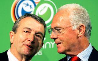 Οπως γράφει το Spiegel, τόσο ο Φράντς Μπεκενμπάουερ (Δ), επικεφαλής της Επιτροπής διεκδίκησης, όσο και ο νυν πρόεδρος της Γερμανικής Ομοσπονδίας Ποδοσφαίρου, Βόλφγκανγκ Νίρσμπαχ (Α), γνώριζαν για την ύπαρξη του «μαύρου» ταμείου τουλάχιστον μέχρι το 2005.