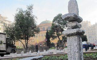 Το γλυπτό στην προηγούμενη θέση του στην πλ. Αγίας Σοφίας, προτού μεταφερθεί στο Αρχαιολογικό Μουσείο.