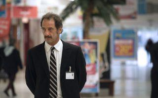 O Τιερί  (Βινσέν Λιντόν) μένει άνεργος ύστερα από 25 χρόνια δουλειάς σε εργοστάσιο. Εκπαιδεύεται και βρίσκει θέση φύλακα, με ελαστικό ωράριο, σε σούπερ μάρκετ.