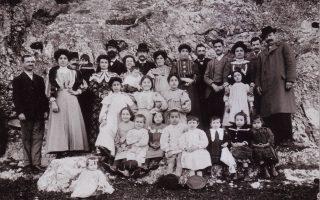 Ομαδική φωτογραφία των οικογενειών Γιουσουρούμ, Χαμπίμπ και Κοέν στο Θησείο, γύρω στο 1914. Στην πίσω γραμμή, τα πέντε παιδιά του Μποχώρ Γιουσουρούμ, Ηλίας (με μούσι και καπέλο), Χαΐμ, Ιάκωβος, Μωυσής, Νώε, με τις συζύγους και τα παιδιά τους, την τρίτη γενιά της οικογένειας. Στο κέντρο η γυναίκα του Νώε, Μαζαλτώβ (το γένος Χαμπίμπ), με τον νεογέννητο Ισαάκ στην αγκαλιά.
