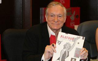 Ικανοποιημένος μοιάζει ο Χιου Χέφνερ, το μεγάλο αφεντικό του Playboy, από την πορεία του ιστορικού περιοδικού. Στα χέρια του κρατάει το πρώτο τεύχος με εξώφυλλο τη Μέριλιν Μονρόε.