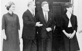 Συνάντηση Καραμανλή - Κένεντι στον Λευκό Οίκο. Επρόκειτο για την πρώτη επίσημη επίσκεψη Δυτικού ηγέτη την οποία δέχθηκε ο πρόεδρος Τζον Κένεντι – δείγμα του αναβαθμισμένου κύρους της χώρας μετά τη ραγδαία ανάπτυξή της τα προηγούμενα χρόνια.