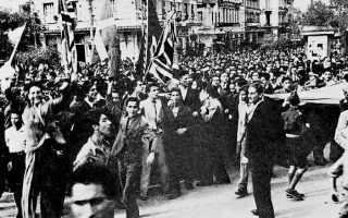 Αθήνα. Διαδήλωση την 28η Οκτωβρίου 1940. Ο ελληνικός λαός έκανε δεκτή με ενθουσιασμό την απόρριψη του ιταλικού τελεσιγράφου. Ο πάνδημος ξεσηκωμός του Ελληνισμού άγγιξε ιδιαίτερα την ταλανιζόμενη γαλλική κοινωνία.