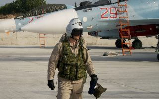 Ρώσος πιλότος αποβιβάζεται από μαχητικό αεροσκάφος Su-30 σε αεροπορική βάση κοντά στη Λαττάκεια, στη δυτική Συρία. Το ρωσικό υπουργείο Αμυνας διοργάνωσε χθες ξενάγηση ξένων δημοσιογράφων στη ρωσική βάση.