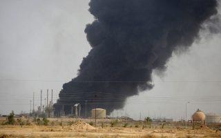 Καπνός υψώνεται από το διυλιστήριο του Μπεϊτζί, στο βόρειο Ιράκ, θέατρο σκληρών, πολύμηνων συγκρούσεων του κυβερνητικού στρατού και του Ισλαμικού Κράτους. Χθες, ο ιρακινός στρατός, υποστηριζόμενος από σιιτικές πολιτοφυλακές, είχε καταφέρει να εκδιώξει τους τζιχαντιστές από το μεγαλύτερο μέρος των εγκαταστάσεων.