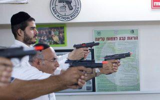 Οι φονικές επιθέσεις Παλαιστινίων οδηγούν πλήθη Ισραηλινών να προμηθευτούν όπλα.