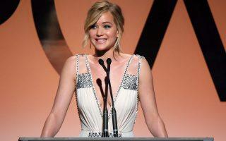 Μύδρους εξαπέλυσε κατά του σεξισμού του Χόλιγουντ η βραβευμένη με Οσκαρ Τζένιφερ Λόρενς, καθώς αντελήφθη ότι πληρώθηκε λιγότερο από τους άνδρες συμπρωταγωνιστές της στην ταινία «Οδηγός διαπλοκής».