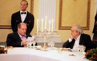 Οχι, στο στιγμιότυπο αυτό από το επίσημο δείπνο στο Προεδρικό προς τιμήν του φίλου Φρανσουά, ο Ν. Φίλης δεν αποφεύγει το βλέμμα του Αρ. Μπαλτά, επειδή καταλόγισε «διοικητική ανεπάρκεια» στον προκάτοχό του υπουργό Παιδείας. Απλώς έχει κάτι πολύ σοβαρότερο να κάνει: διαβάζει το μενού...