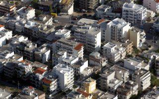 Οι επενδύσεις σε κατοικίες μειώθηκαν με ετήσιο ρυθμό της τάξεως του 29,7% κατά το φετινό πρώτο τρίμηνο και κατά 8,1% το δεύτερο τρίμηνο του έτους.
