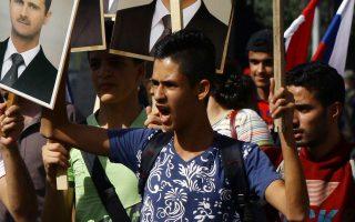 Εκατοντάδες Σύροι διαδηλώνουν υπέρ του Ασαντ. Λίγο αργότερα, δύο ρουκέτες εξερράγησαν στον γύρω χώρο προκαλώντας πανικό.