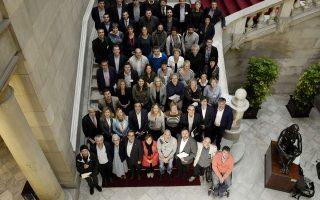 Τα εκλεγμένα μέλη του εκλογικού συνασπισμού «Μαζί για το Ναι» ποζάρουν για μια «οικογενειακή φωτογραφία» στο Κοινοβούλιο της Καταλωνίας.