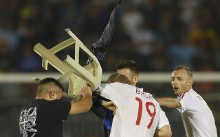 Οπαδός της Σερβίας πραγματοποιεί επίθεση σε Αλβανούς ποδοσφαιριστές την 14η Οκτωβρίου του 2014. REUTERS/Marko Djurica