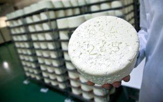 Στη Γαλλία, η δημιουργία τουροκφόρ ξεκινά με φραντζόλες ψωμί που εγκαταλείπονταν μέσα στα σπήλαια. Ο μύκητας Penicillium roqueforti μεγάλωνε στα τοιχώματα των σπηλαίων και προσέβαλε το ψωμί. Στη συνέχεια οι τυροκόμοι μάζευαν τις φραντζόλες και τις θρυμμάτιζαν για να μεταφέρουν τη μούχλα στο τυρόπηγμα. Στις αρχές του 1900 οι επιστήμονες κατάφεραν να ταυτοποιήσουν τον μικροοργανισμό προκειμένου να παραχθεί βιομηχανικά το τυρί.