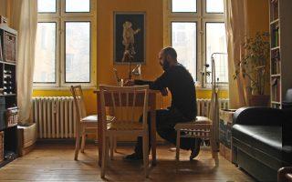 O Mιχάλης Δέλτα παρουσιάζει το νέο άλμπουμ του και μιλάει για την ηλεκτρονική μουσική, η οποία εκφράζει τις ανησυχίες του σύγχρονου ανθρώπου.