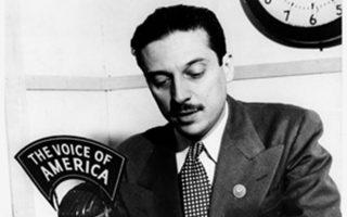 Ο Κωνσταντίνος Δοξιάδης την εποχή που προωθούσε το λεύκωμα «Αι θυσίαι της Ελλάδος στο Δεύτερο Παγκόσμιο Πόλεμο», το 1946.