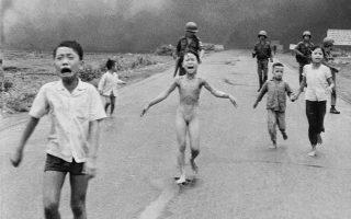 Η εμβληματική φωτογραφία της 9χρονης Βιετναμέζας Κιμ Πουκ, στο κέντρο, που τρέχει μαζί με τα αδέρφια της τον Ιούνιο του 1972.