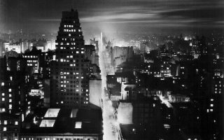 Η λεωφόρος της 9ης Ιουλίου, στο Μπουένος Αϊρες, η πιο πλατιά λεωφόρος στον κόσμο, φωτογραφημένη το 1936. Ο Φίλιπ Κερ τοποθετεί τη δράση του μυθιστορήματος «Φλόγα που σιγοκαίει» στην πρωτεύουσα της Αργεντινής το 1950.