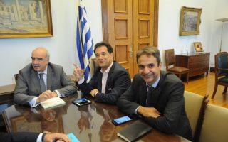Ο πρόεδρος της Νέας Δημοκρατίας Ευάγγελος Μεϊμαράκης κατά τη χθεσινή συνάντηση με τους κοινοβουλευτικούς εκπροσώπους του κόμματος, Κυριάκο Μητσοτάκη και Αδωνι Γεωργιάδη.