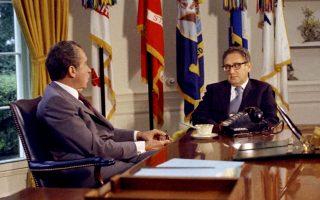 Τον Σεπτέμβριο του 1973, ο Ρίτσαρντ Νίξον και ο Xένρι Κίσινγκερ τα λένε στο Οβάλ Γραφείο.