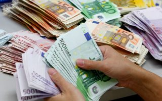 Η διαχείριση των μετρητών σε μια τράπεζα αντιστοιχεί στο 10%-20% του λειτουργικού κόστους της. Γι' αυτό και στο εξωτερικό οποιαδήποτε συναλλαγή γίνεται στο γκισέ της τράπεζας χρεώνεται, σύμφωνα με την αρχή της ανταποδοτικότητας.