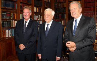 Ο Πρόεδρος της Δημοκρατίας, Προκόπης Παυλόπουλος (Κ) με τον  υπουργό Μετανάστευσης και Ασύλου του Λουξεμβούργου, Ζαν Άσελμπορν (Α) και τον Επίτροπο για θέματα Μετανάστευσης, Εσωτερικών Υποθέσεων και Ιθαγένειας της Ε.Ε., Δημήτρη Αβραμόπουλο (Δ), κατά την διάρκεια της συνάντησης τους στο Προεδρικό Μέγαρο.