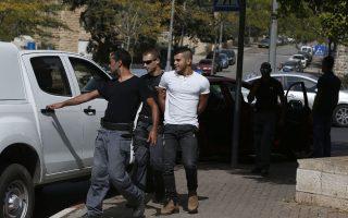 aΙσραηλινοί αστυνομικοί συλλαμβάνουν Παλαιστίνιο που θεωρήθηκε ύποπτος γιατί έφερε μαχαίρι, σε συνοικία της Ανατολικής Ιερουσαλήμ.