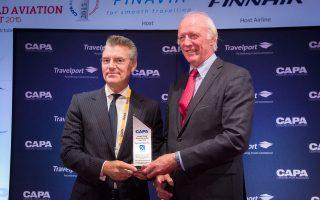 Ο Γιάννης Παράσχης  (αριστερά), γενικός διευθυντής του Διεθνούς Αερολιμένα Αθηνών, βραβεύεται στο Ελσίνκι ως «Airport Chief Executive of the Year» από τον πρόεδρο του CAPA Πίτερ Χάρμπισον.