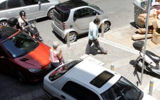 Η απουσία ελέγχων έχει ως αποτέλεσμα τα περισσότερα πεζοδρόμια να «φιλοξενούν» μηχανάκια και αυτοκίνητα.