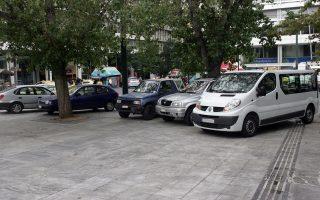 Αυτοκίνητα έχουν σταθμεύσει παράνομα πάνω στην πλατεία Συντάγματος, οι οδηγοί των οποίων αδιαφορούν για τις συνέπειες της συμπεριφοράς τους.