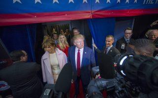 Ο Ρεπουμπλικανός υποψήφιος για την προεδρία Ντόναλντ Τραμπ μιλάει στα ΜΜΕ μετά το ντιμπέιτ στο Μπόουλντερ του Κολοράντο.
