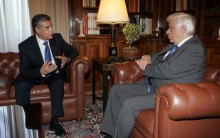 Ο Πρόεδρος της Δημοκρατίας Προκόπης Παυλόπουλος (Δ) μιλά με τον περιφερειάρχη Θεσσαλίας και πρόεδρο της ΕΝΠΕ Κώστα Αγοραστό (A), στη σημερινή τους σ7υνάντηση στο Προεδρικό Μέγαρο, Σάββατο 17 Οκτωβρίου 2015. ΑΠΕ - ΜΠΕ/ΑΠΕ - ΜΠΕ/Αλέξανδρος Μπελτές
