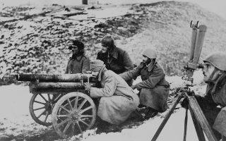Ελληνικό ορειβατικό πυροβόλο και οι χειριστές του, στο αλβανικό μέτωπο τον χειμώνα του '41. Φωτογραφία: αρχείο «Κ».
